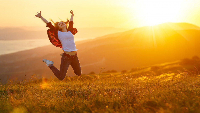 eine Frau die vor Freude einen Luftsprung macht